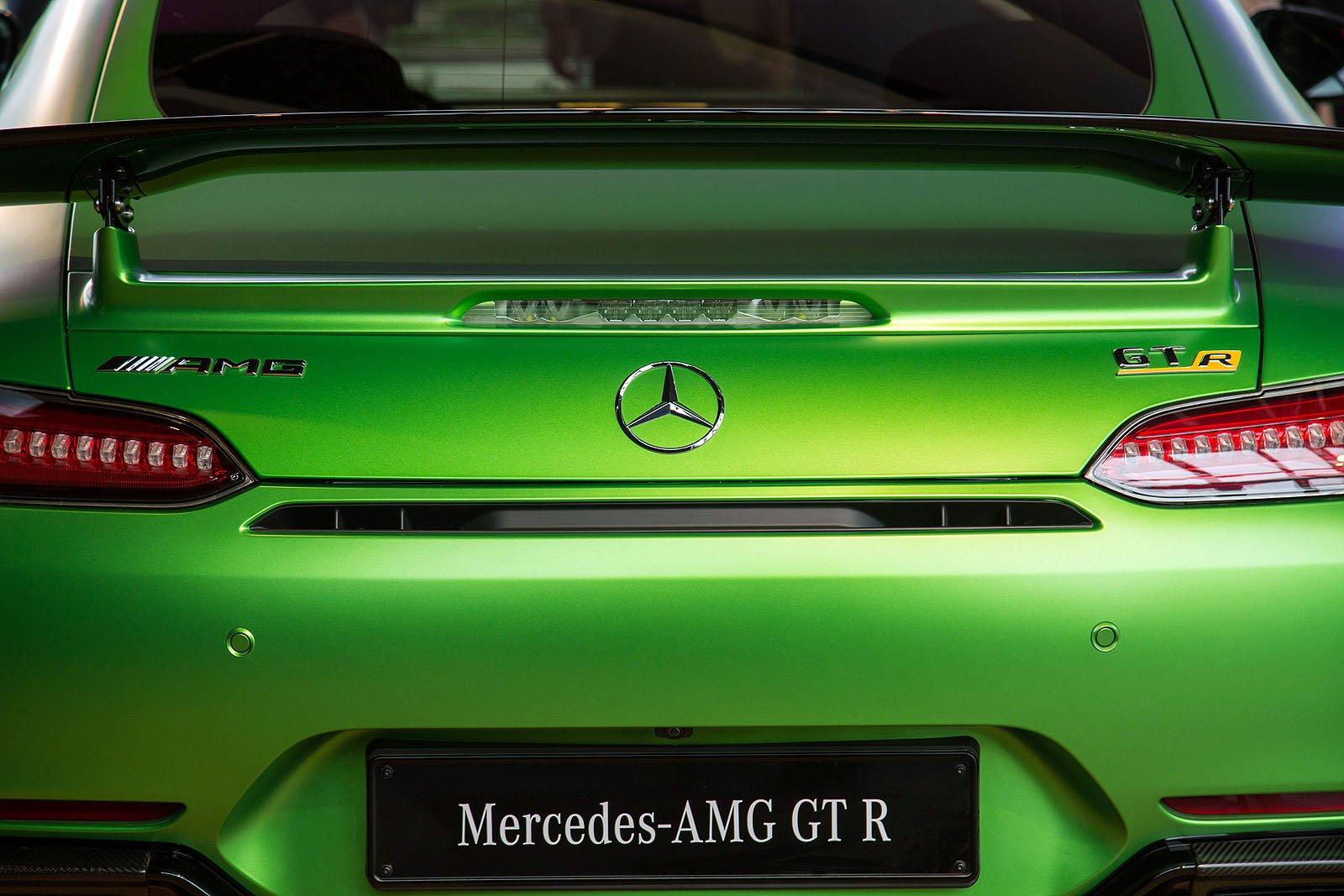 2017-Mercedes-AMG-GT-R-01