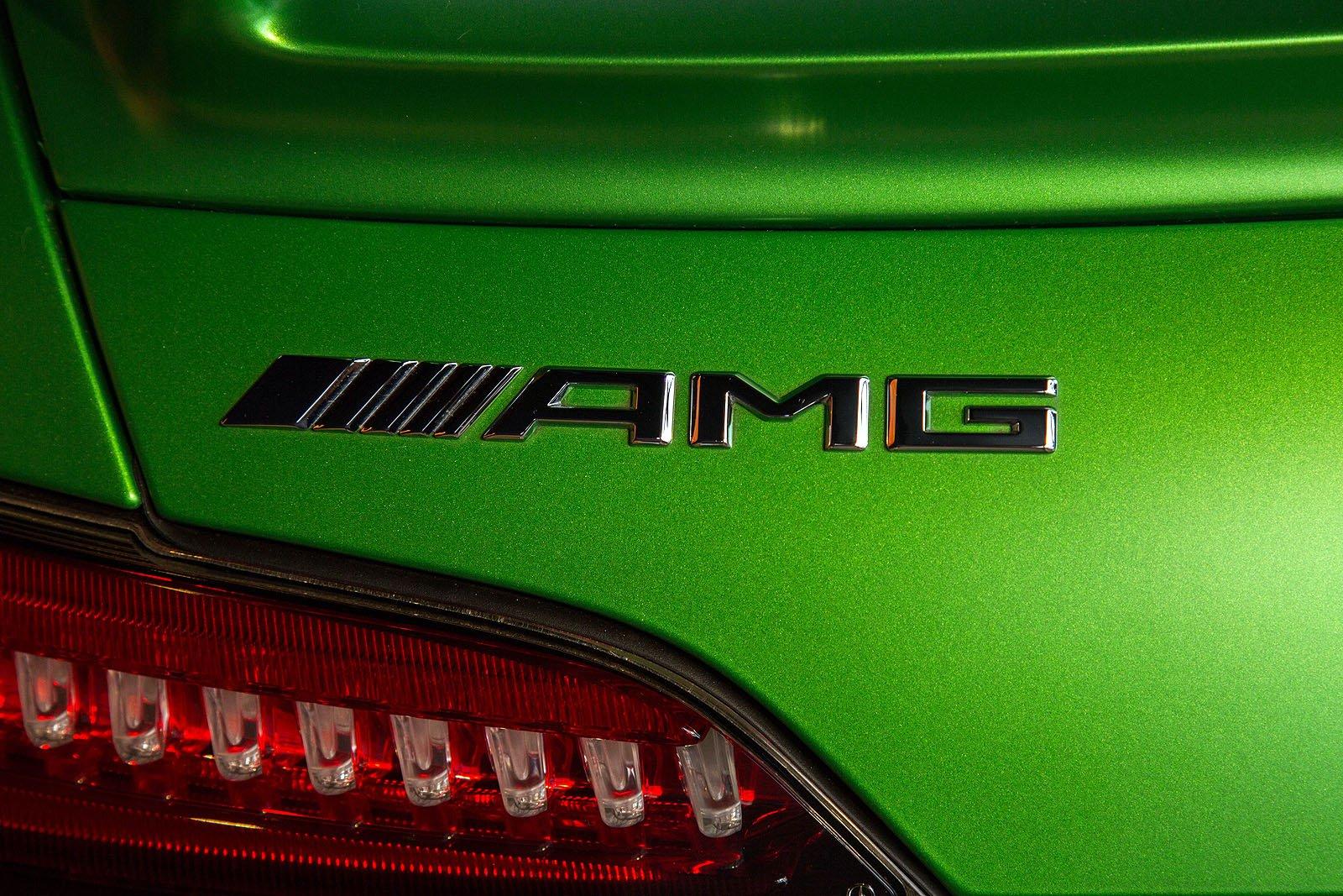 2017-Mercedes-AMG-GT-R-11